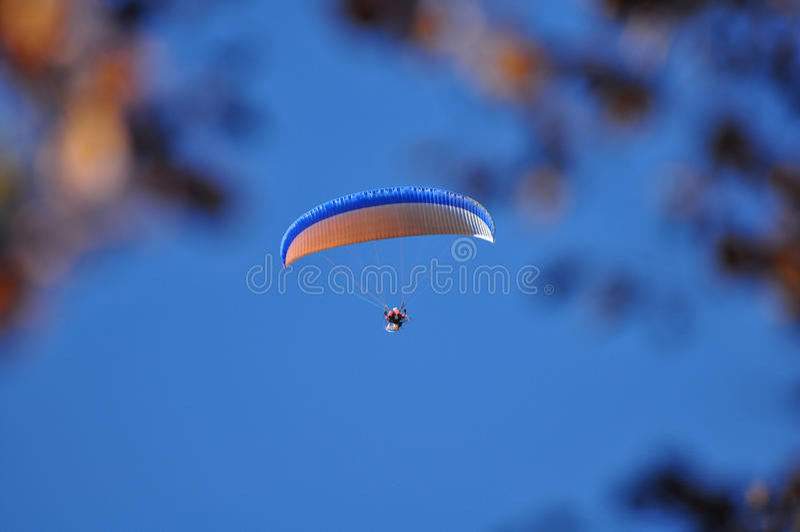 голубое небо параплана стоковое изображение rf