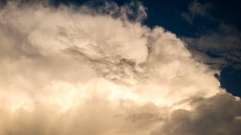 Голубое небо с большими облаками sunshiny стоковое изображение