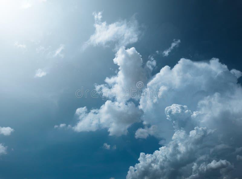 Голубое небо с изумительной предпосылкой облаков Сформируйте независимого небес, элементов природы, красивого неба с белыми облак стоковое изображение rf