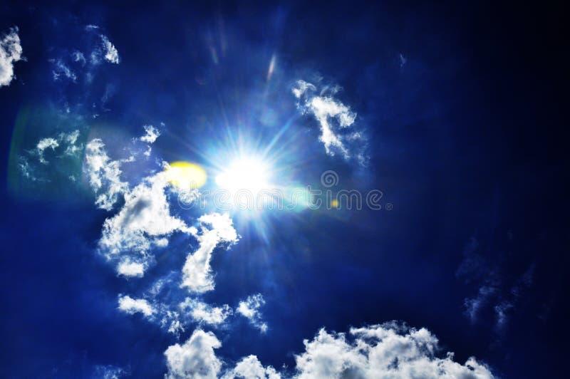 Голубое небо с крупным планом облаков стоковые изображения rf