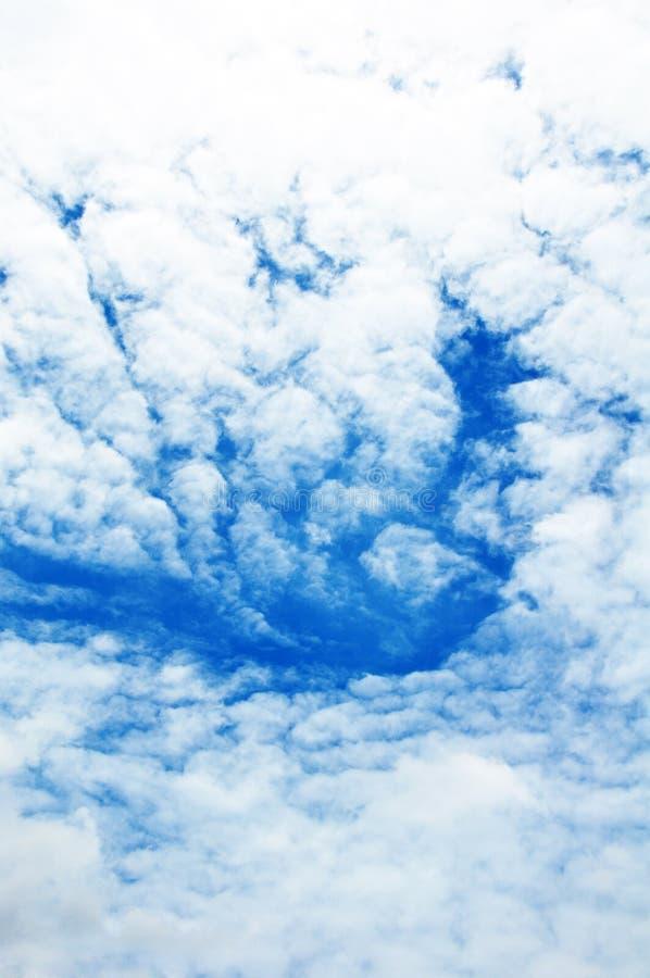 Голубое небо с крупным планом облаков стоковые фото