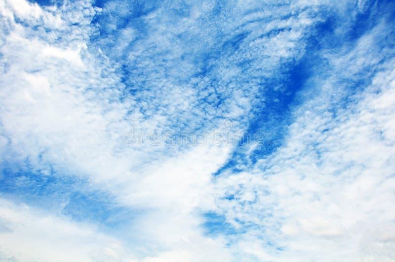 Голубое небо с крупным планом облаков стоковое изображение rf