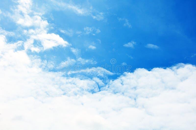 Голубое небо с крупным планом облаков стоковая фотография