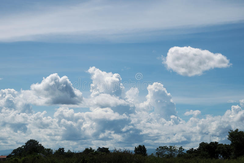 Голубое небо с облаками в лете стоковое фото