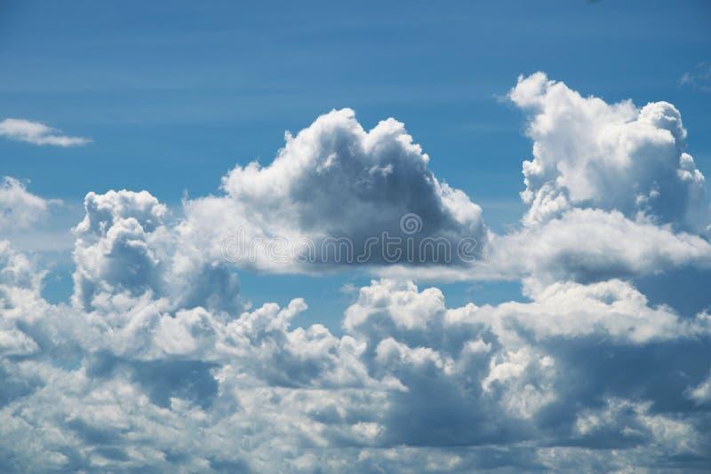Голубое небо с облаками в лете стоковая фотография