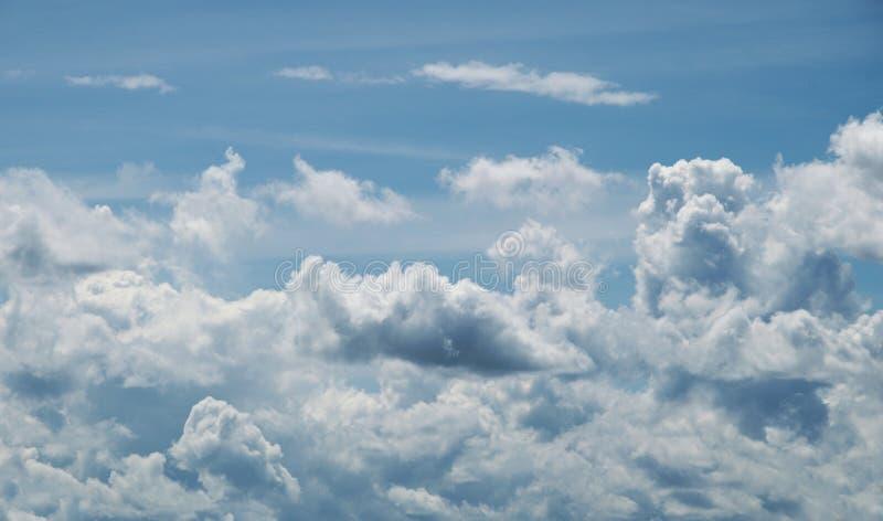 Голубое небо с облаками в лете стоковые изображения rf