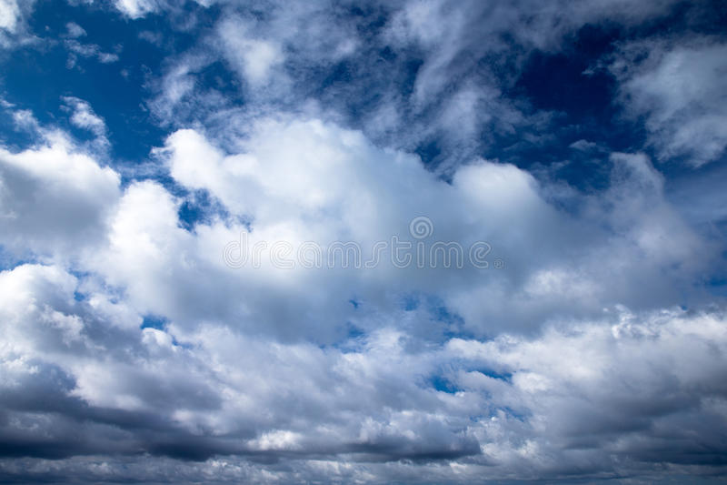 Download Голубое небо стоковое изображение. изображение насчитывающей раи - 33729739