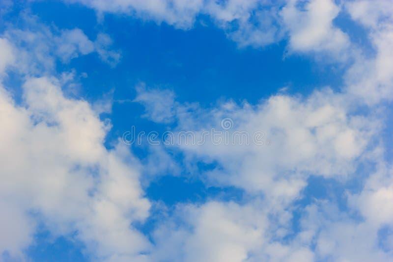 Download голубое небо стоковое изображение. изображение насчитывающей напольно - 40577359
