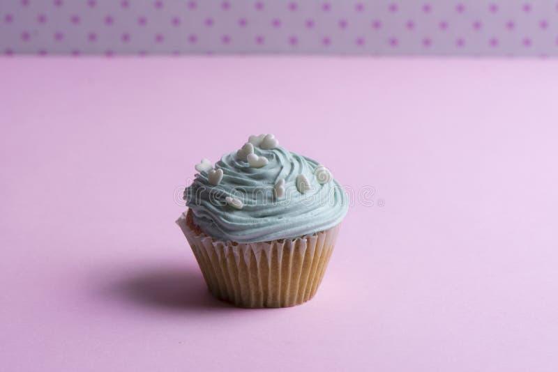 Голубое пирожное с взбитой сливк, и сердце стоковые изображения rf