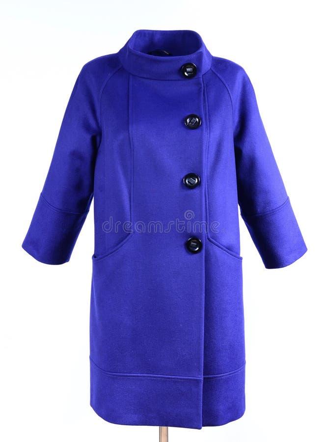 Голубое стильное пальто на кукле изолированной на серой предпосылке Outerwear, собрание весны 2017 стоковое фото rf