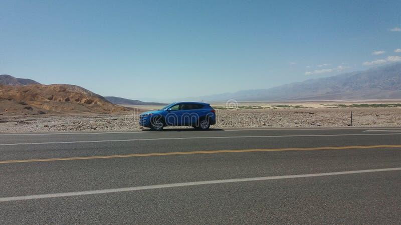 Голубой автомобиль в Death Valley стоковое изображение