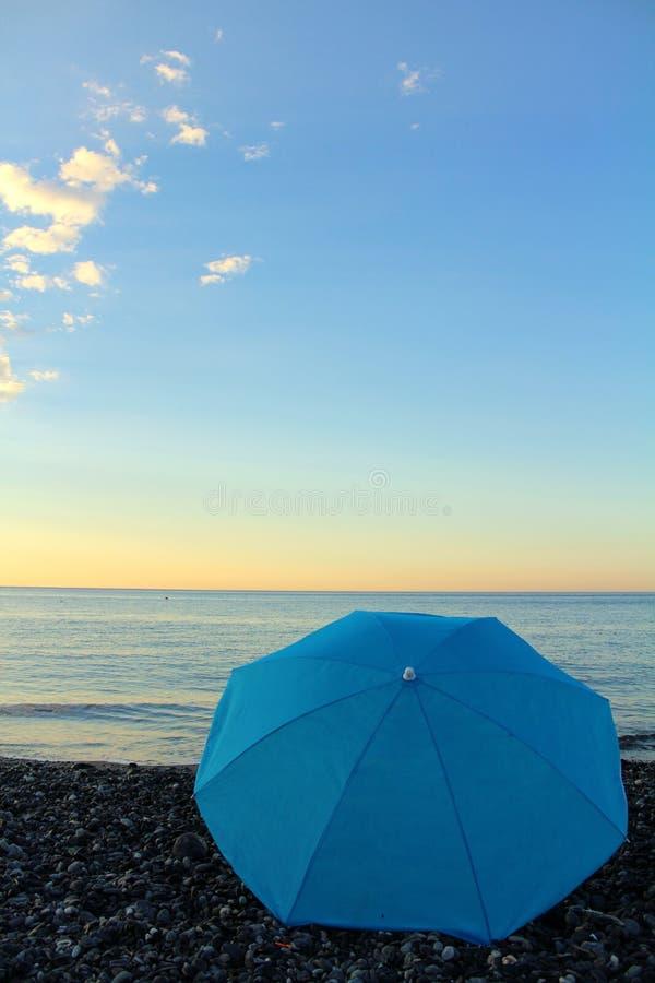 Голубой зонтик на пляже стоковая фотография rf