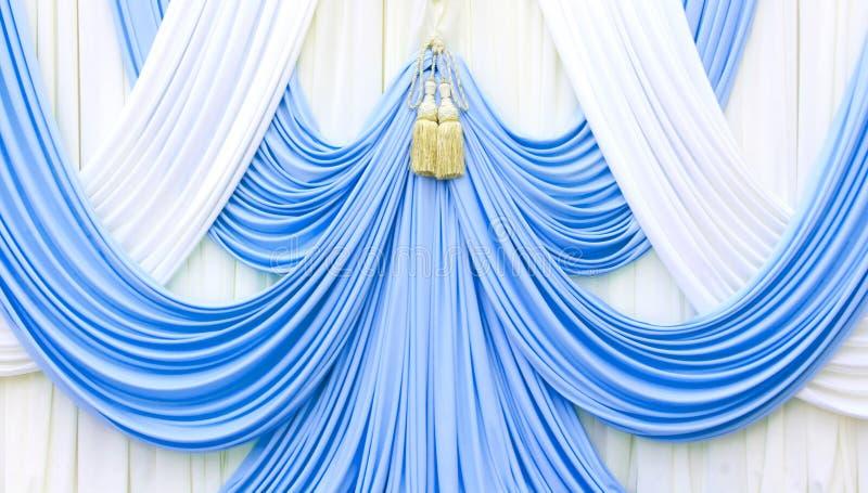 Голубой и белый занавес на этапе стоковое изображение
