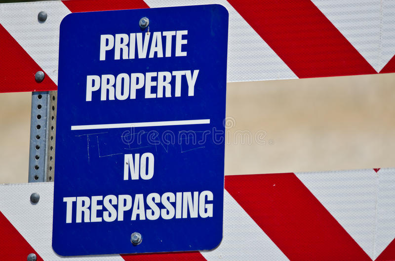 Голубой и белый знак частной собственности на баррикаде конструкции стоковая фотография rf