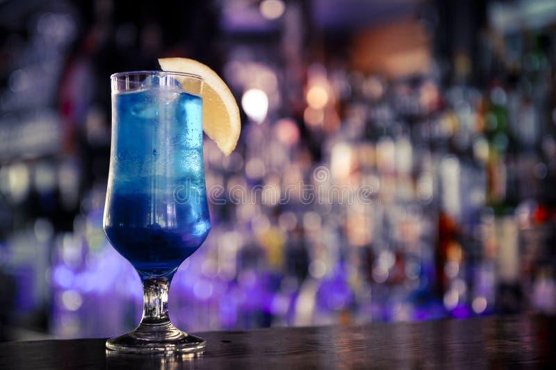 Голубой коктеиль на баре стоковая фотография rf