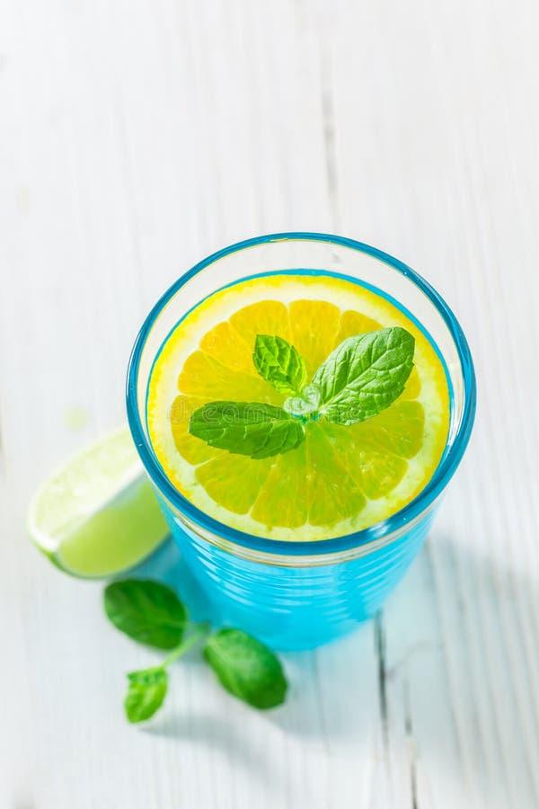 Голубой коктеиль с лист мяты стоковое фото rf