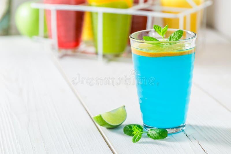 Голубой коктеиль с свежими фруктами стоковые фото
