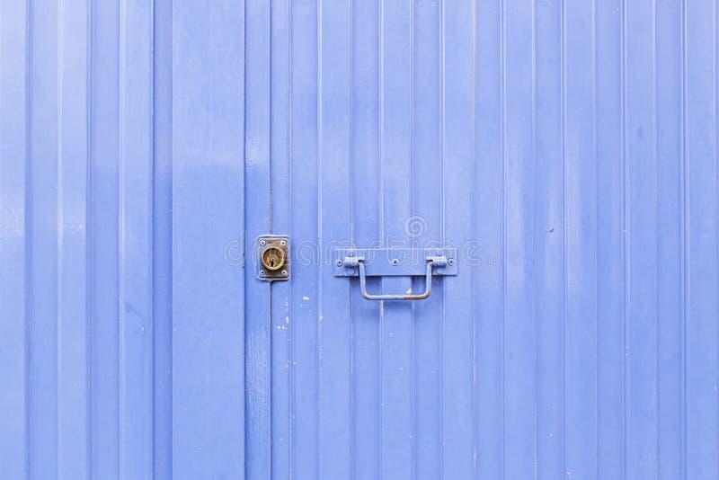 голубой металл двери стоковая фотография rf