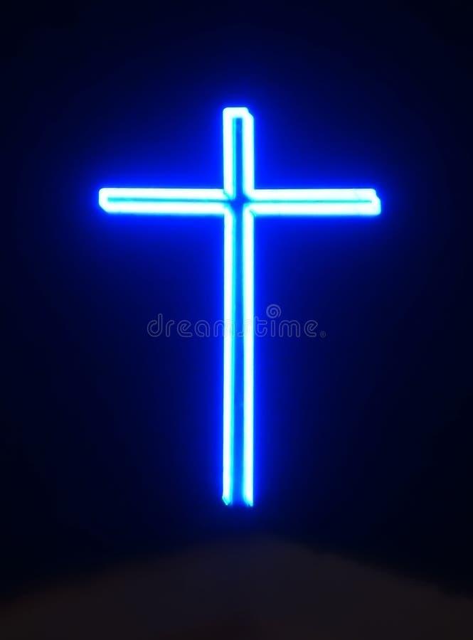 Голубой неоновый крест стоковые фото