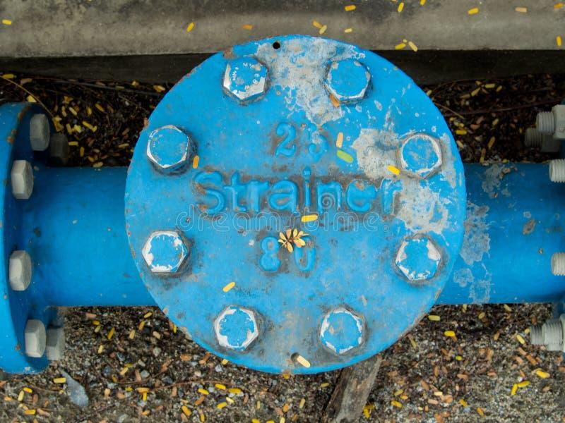 Голубой промышленный стрейнер трубопровода стоковые изображения rf