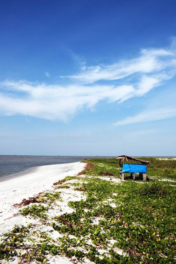 Голубой пляж и голубое небо стоковые изображения rf