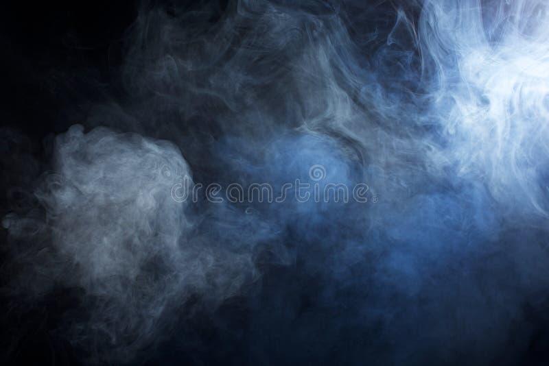 Голубой/серый дым на черной предпосылке стоковое изображение rf