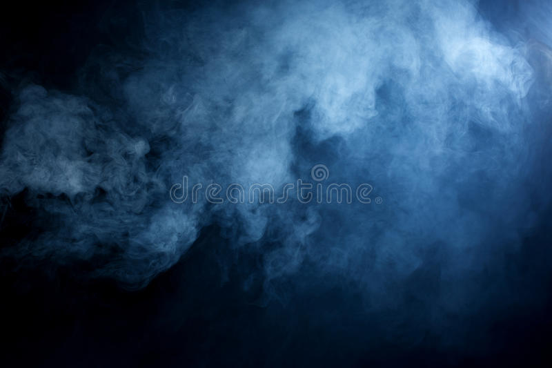 Голубой/серый дым на черной предпосылке стоковые фото