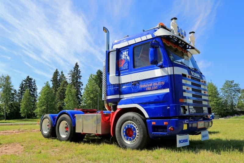 Голубой трактор тележки Scania 143H в выставке стоковая фотография