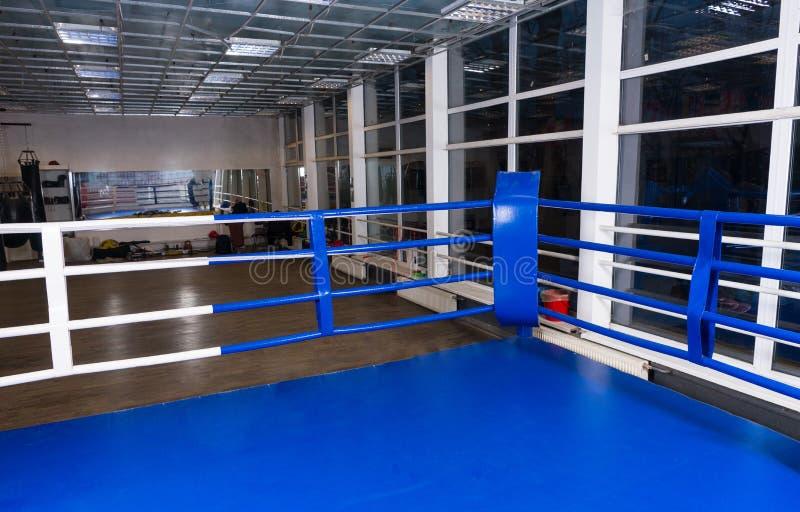 Голубой угол регулярн боксерского ринга окруженного веревочками в gy стоковая фотография rf