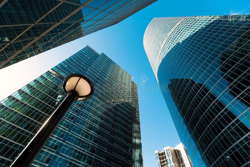 Голубой фасад небоскреба офис зданий berlin современное стеклянное silhouett стоковое фото rf