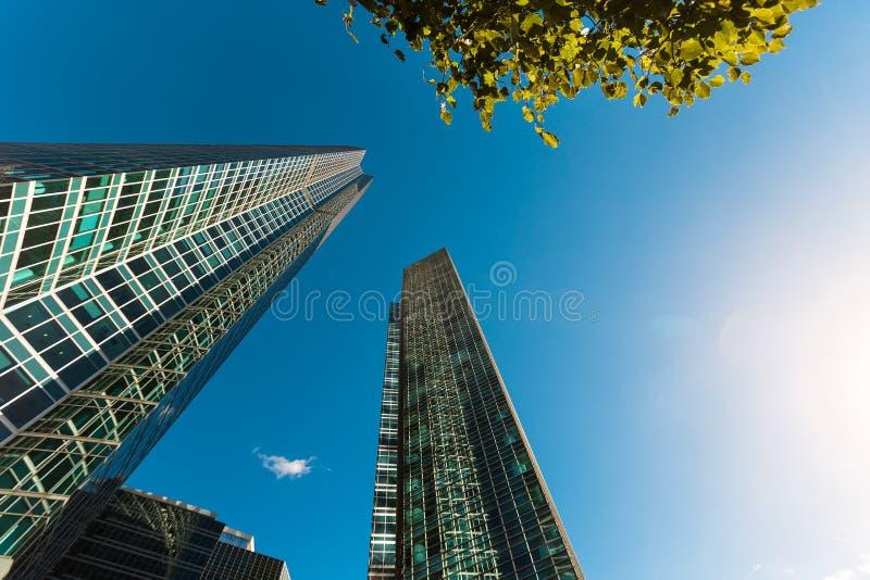 Голубой фасад небоскреба офис зданий berlin современное стеклянное silhouett стоковые изображения rf