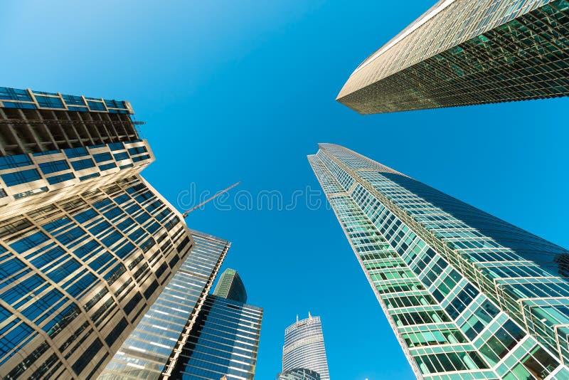 Голубой фасад небоскреба офис зданий berlin современное стеклянное silhouett стоковое фото