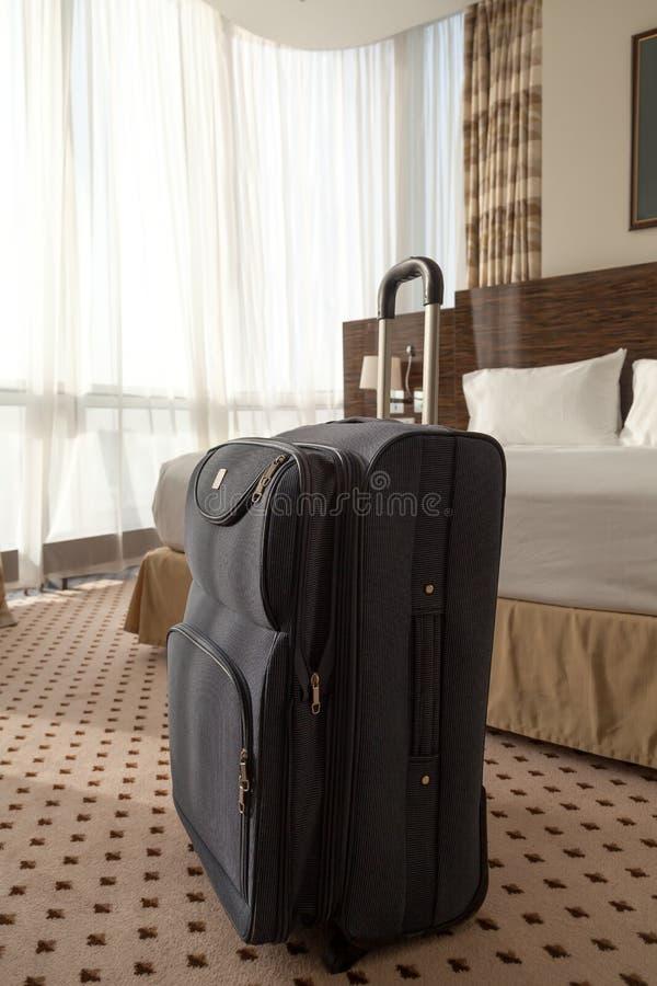 Голубой чемодан в гостиничном номере стоковые изображения rf