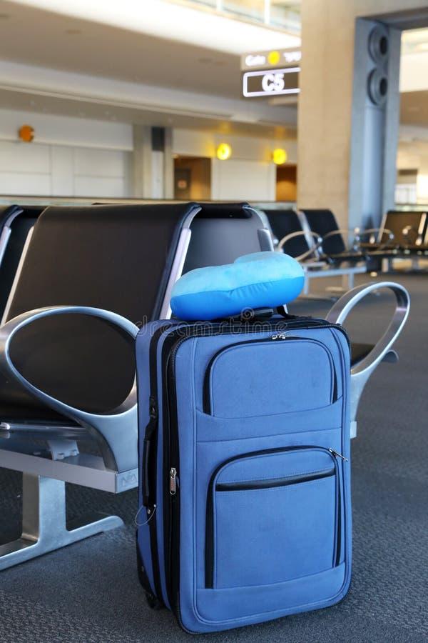 Голубой чемодан на лобби авиапорта стоковые фотографии rf