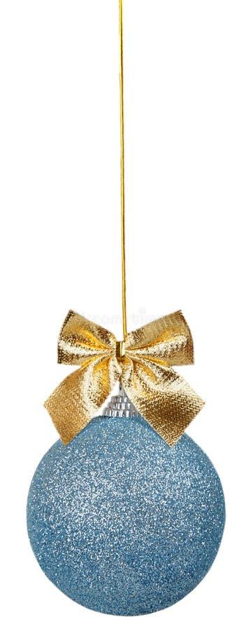 Голубой шарик рождества с золотым смычком стоковое изображение