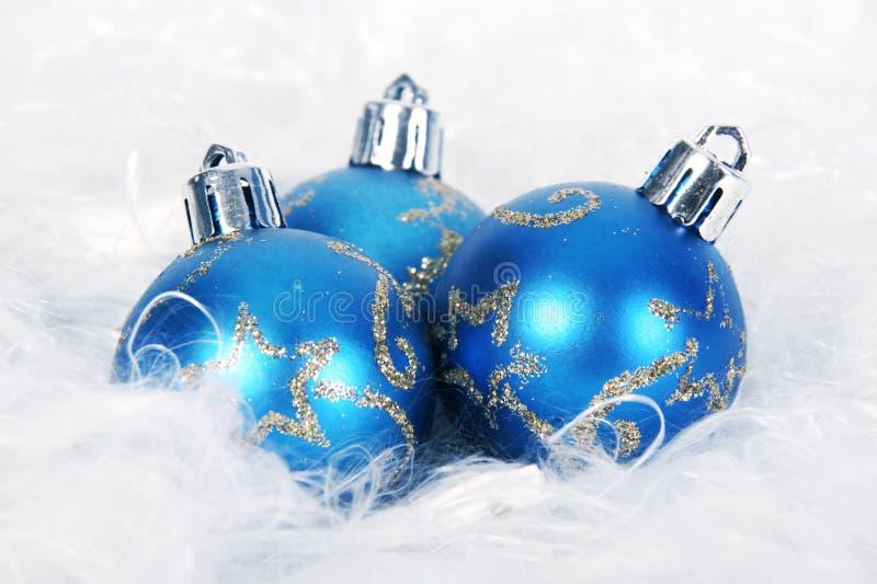 Download Голубой шарик рождества стоковое фото. изображение насчитывающей орнамент - 33733290