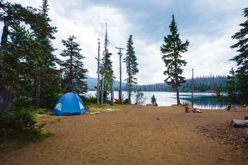 Голубой шатер на большом месте для лагеря озера стоковое фото