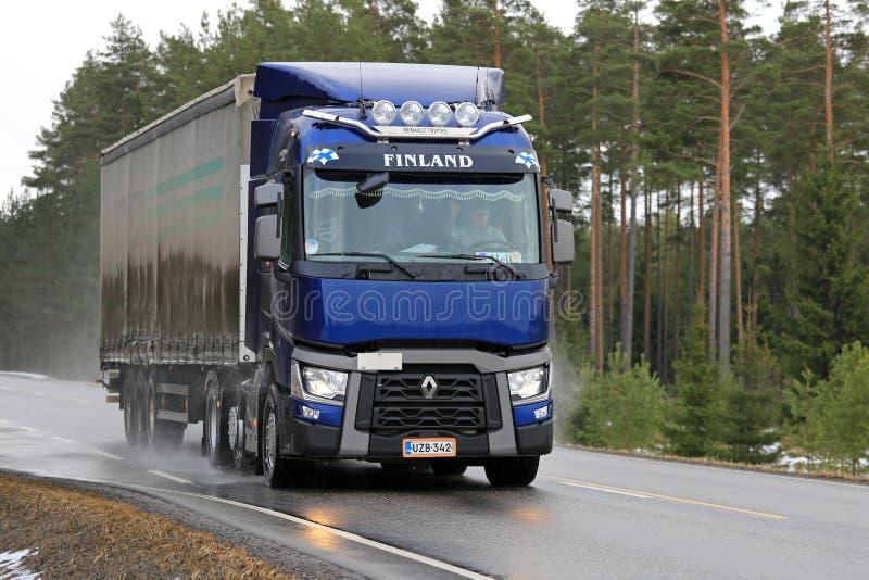 Голубой Renault перевозит трейлер на грузовиках t Semi на влажной дороге стоковое фото rf