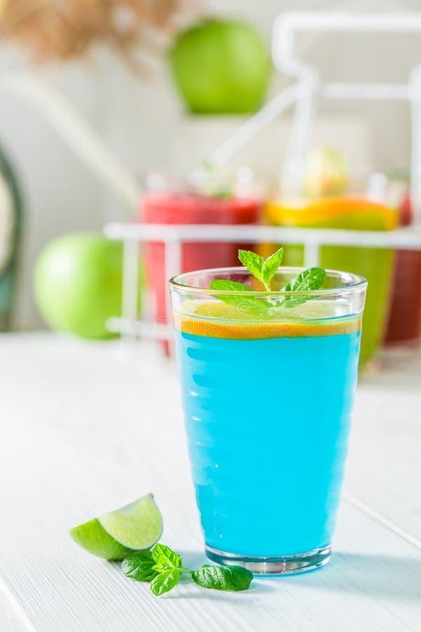 Голубой smoothie с свежими фруктами стоковая фотография rf
