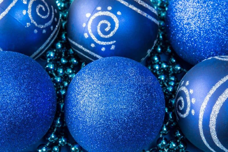 Голубые безделушки стекла рождества стоковые фото