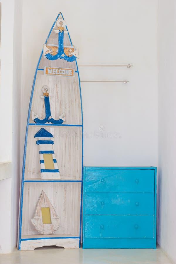 Голубые деревянные дрессер и шлюпка стоковые изображения rf