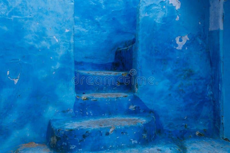 Голубые лестницы и дверь стоковая фотография rf