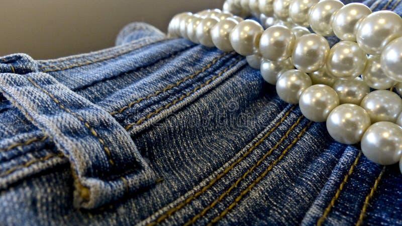 Голубые джинсы и жемчуга стоковое фото rf