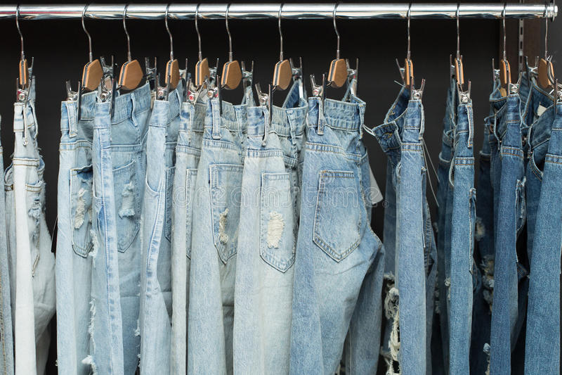 Голубые джинсы на шкафе стоковые фото