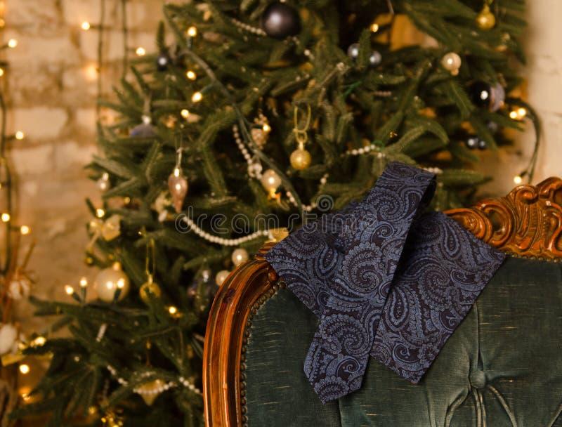 Голубые классические бабочка точки польки, запонки для манжет, шарф ` s людей и связь шеи на деревянной присутствующей коробке стоковая фотография