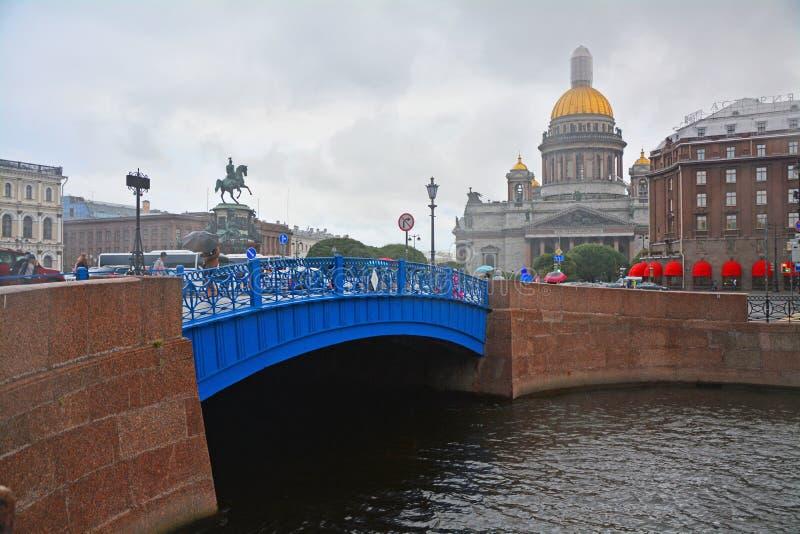 Голубые мост и St Isaac& x27; квадрат s в Санкт-Петербурге, России стоковое фото