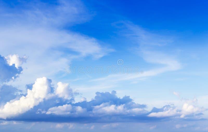 Голубые небо и пасмурный стоковое изображение