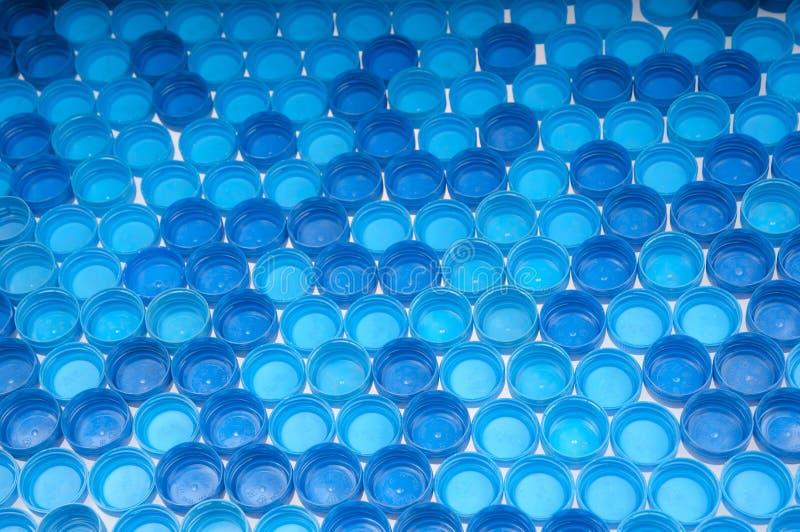 Голубые пластичные крышки бутылки стоковое изображение
