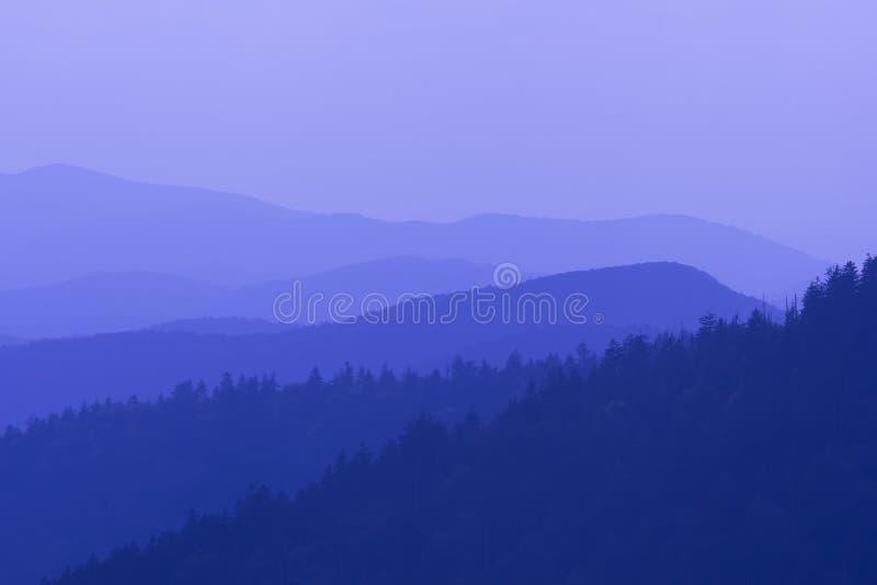 Голубые тоны больших закоптелых гор стоковое фото