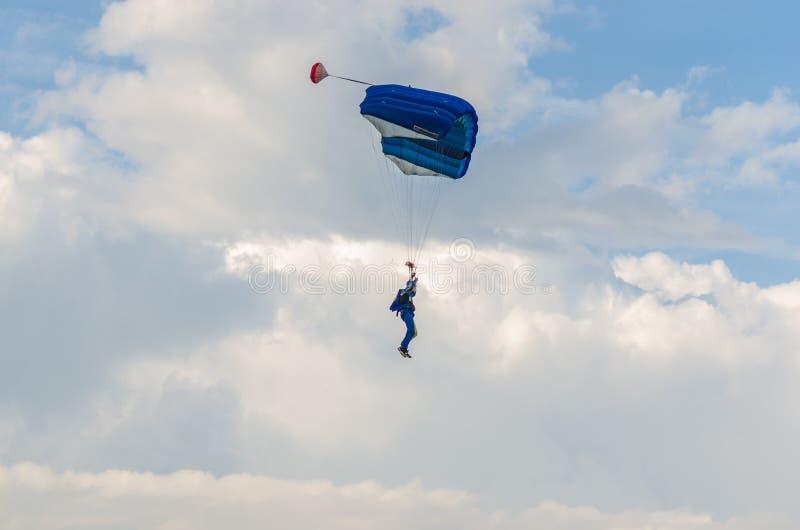 голубые шлямбуры парашюта в небе стоковое изображение